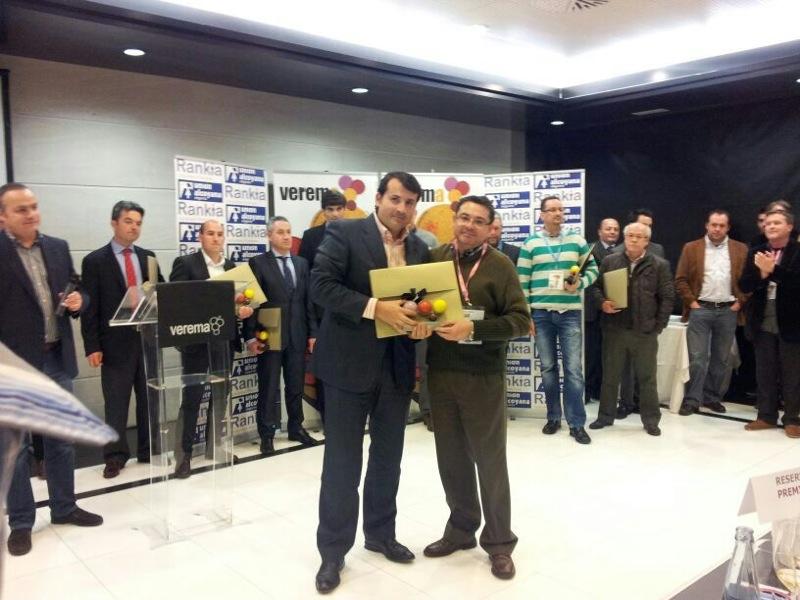 Paco Higón entregando a Pablo Ossorio el Premio a la Mejor Bodega de España 2012