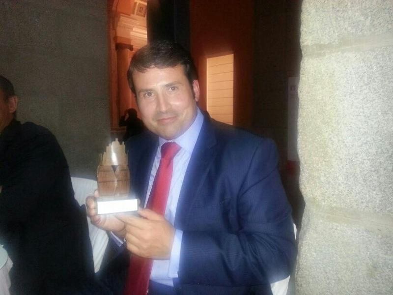 Nuestro Pablo Ossorio, director técnico de Bodegas Murviedro, con el premio en sus manos