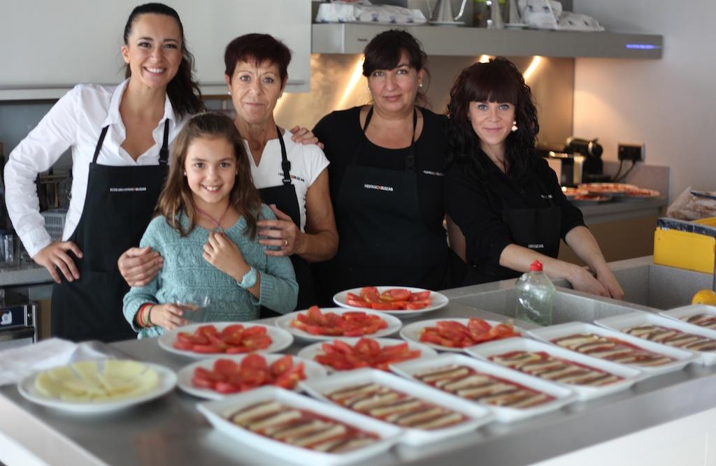 Las chicas de la bodega comandadas por Inma fueron las encargadas de preparar los deliciosos manjares.