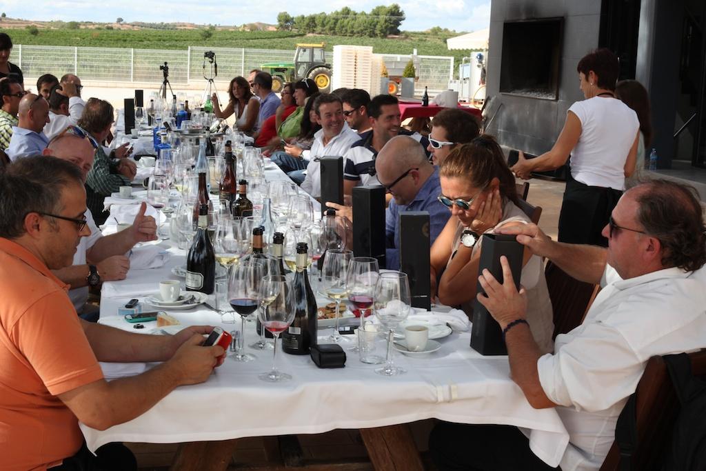 """Nada como una mesa rodeada de amigos, vino y buenas viandas para celebrar la llegada de """"Bobos"""", el bobal más esperado"""