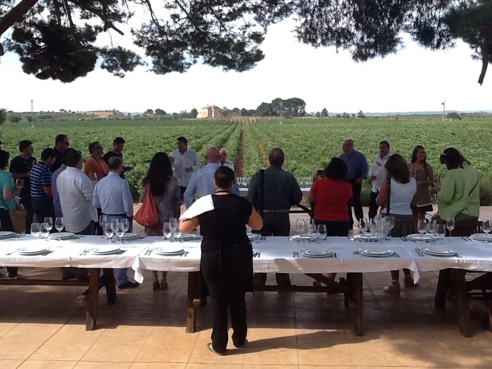 Recepción y presentaciones con una copa de vino o cava, los mejores embajadores de la bodega